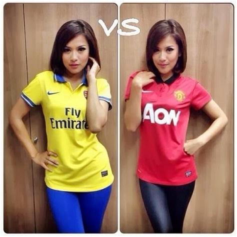 wanita cantik mengenakan 2 pilihan warna Jersey bola
