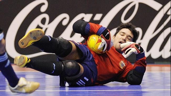 Sebaiknya Kiper Futsal Memakai Sarung Tangan Apa Tanpa Sarung Tangan?